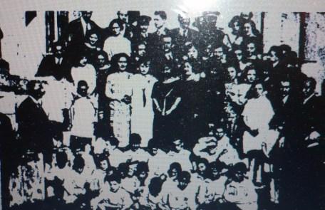 Grupo de niños de las Colonias Escolares con las autoridades
