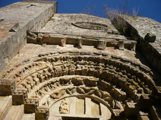 Tímpano de la puerta de la fachada de la Iglesia de Carboeiro