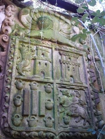 Escudo de los Gil Taboada que preside el Pazo de Bergazos